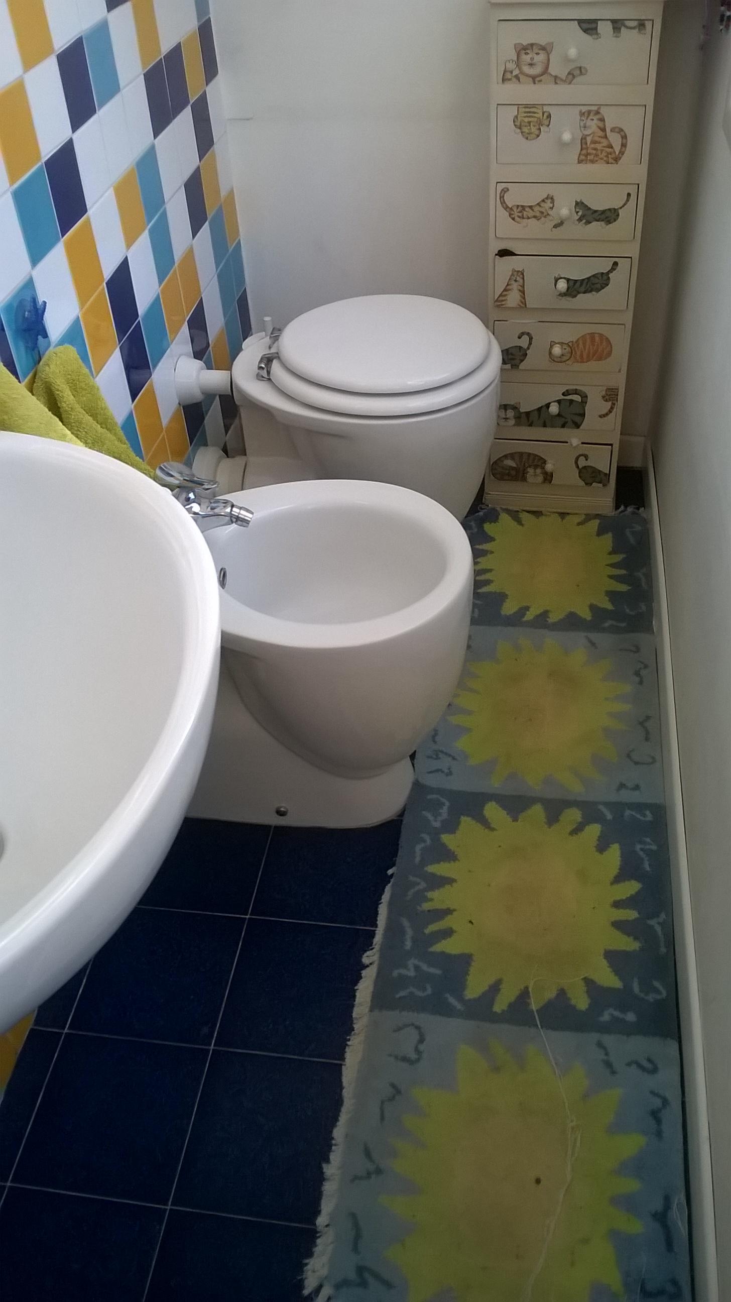 Tre piccoli bagni un compromesso tra rinunce e colori piccole case - Bagno in un metro quadro ...