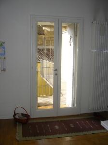 la luce entra dalla porta d'ingresso